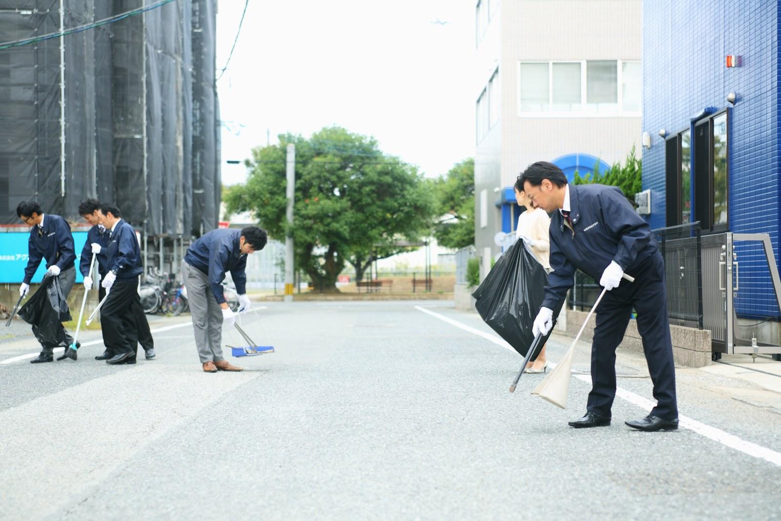 社領地区でお掃除する当社スタッフ