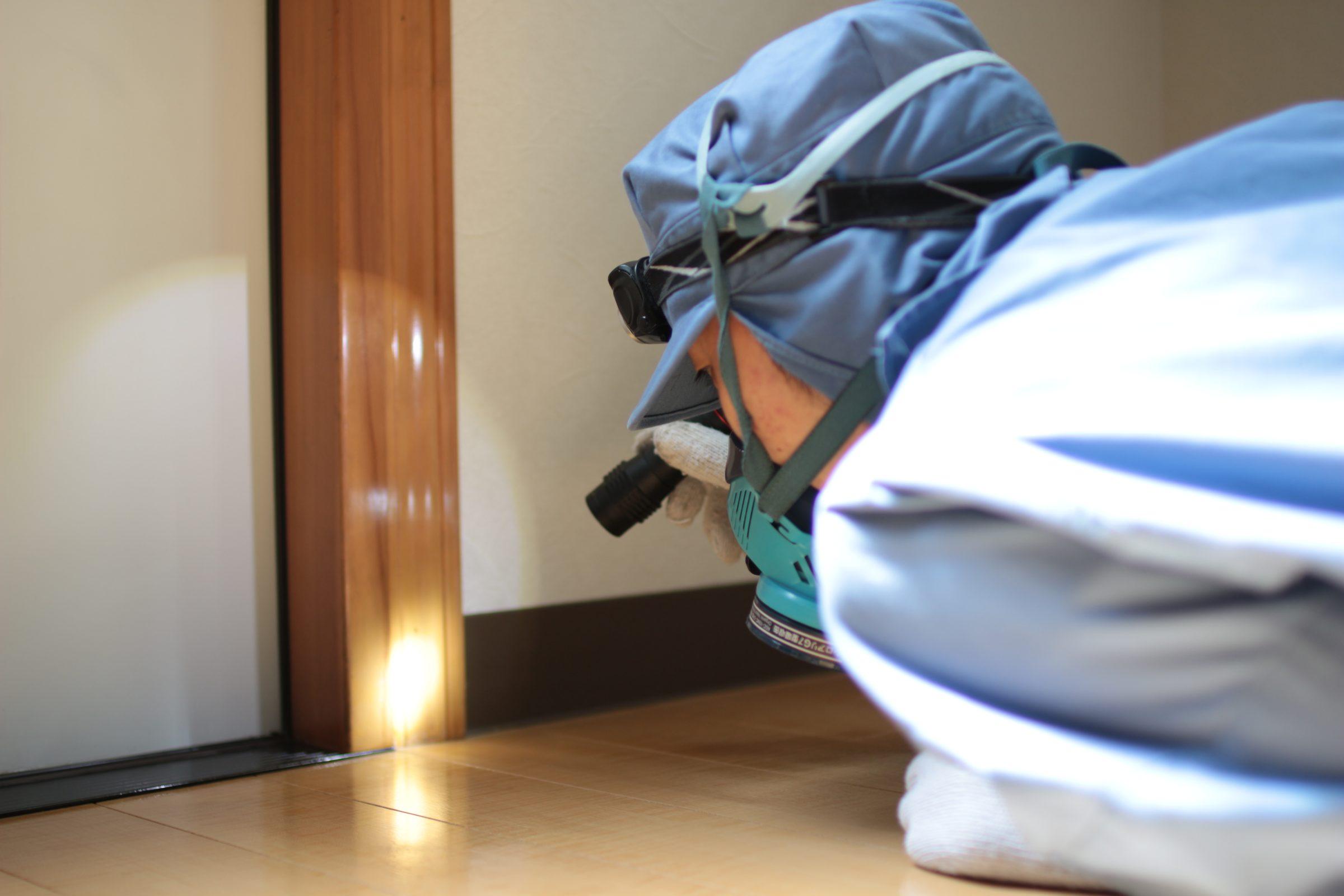 床下でシロアリの被害を診断する様子