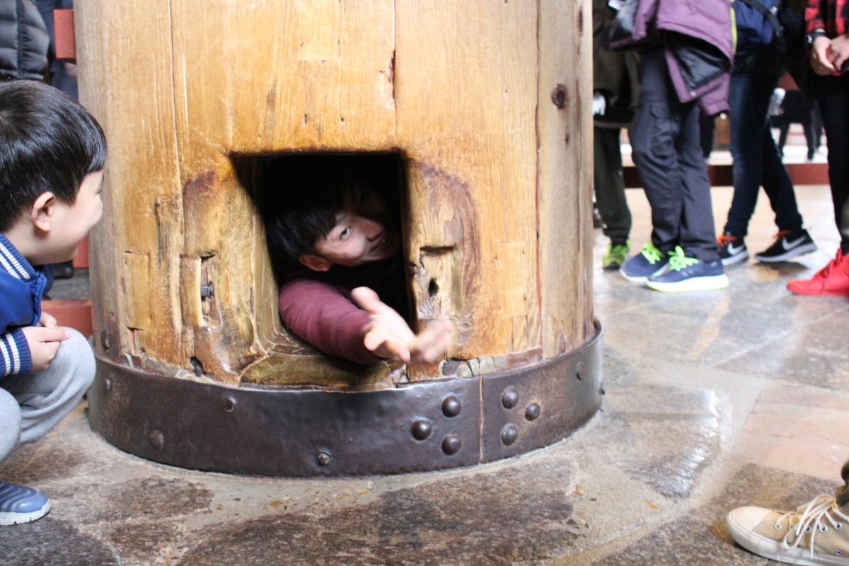 奈良の大仏の柱くぐり